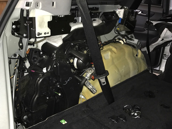 メルセデスベンツRクラス(W251)ショックアブソーバーのオイル漏れ修理