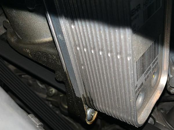 メルセデスベンツ SL550 R230 オイルクーラーから漏れ